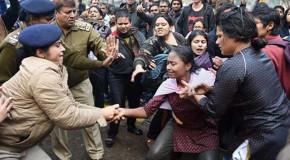 दलित छात्र रोहित की मौत- केंद्रीय मंत्री के ख़िलाफ़ प्रदर्शन व एफ़आईआर दर्ज