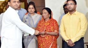 मुख्यमंत्री ने पत्रकार स्वर्गीय एन0 यादव और के0डी0 शुक्ला की पत्नी को 20-20 लाख दिये