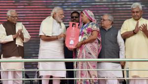 The Prime Minister, Shri Narendra Modi distributing the free LPG connections to the beneficiaries, under 'Pradhan Mantri Ujjwala Yojana', at Ballia, Uttar Pradesh on May 01, 2016.  The Governor of Uttar Pradesh, Shri Ram Naik, the Union Minister for Micro, Small and Medium Enterprises, Shri Kalraj Mishra and the Minister of State for Railways, Shri Manoj Sinha are also seen.
