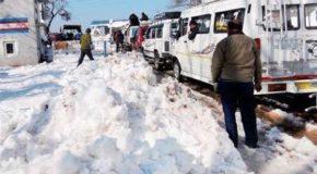 कश्मीर घाटी के ज्यादातर हिस्सों में बर्फबारी, श्रीनगर-जम्मू राजमार्ग अभी भी बंद